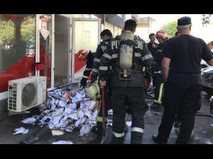 VIDEO/FOTO Panică pe Bulevardul Republicii din Ploiești. Incendiu la o agentie de pariuri