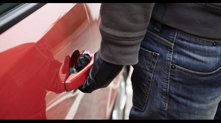 Bijuterii și bani, furați dintr-o mașină neîncuiată dar parcată în curte