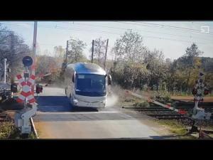 Amenda primită de șoferul unui autobuz care a forțat și spulberat bariera CFR/Are și dosar penal